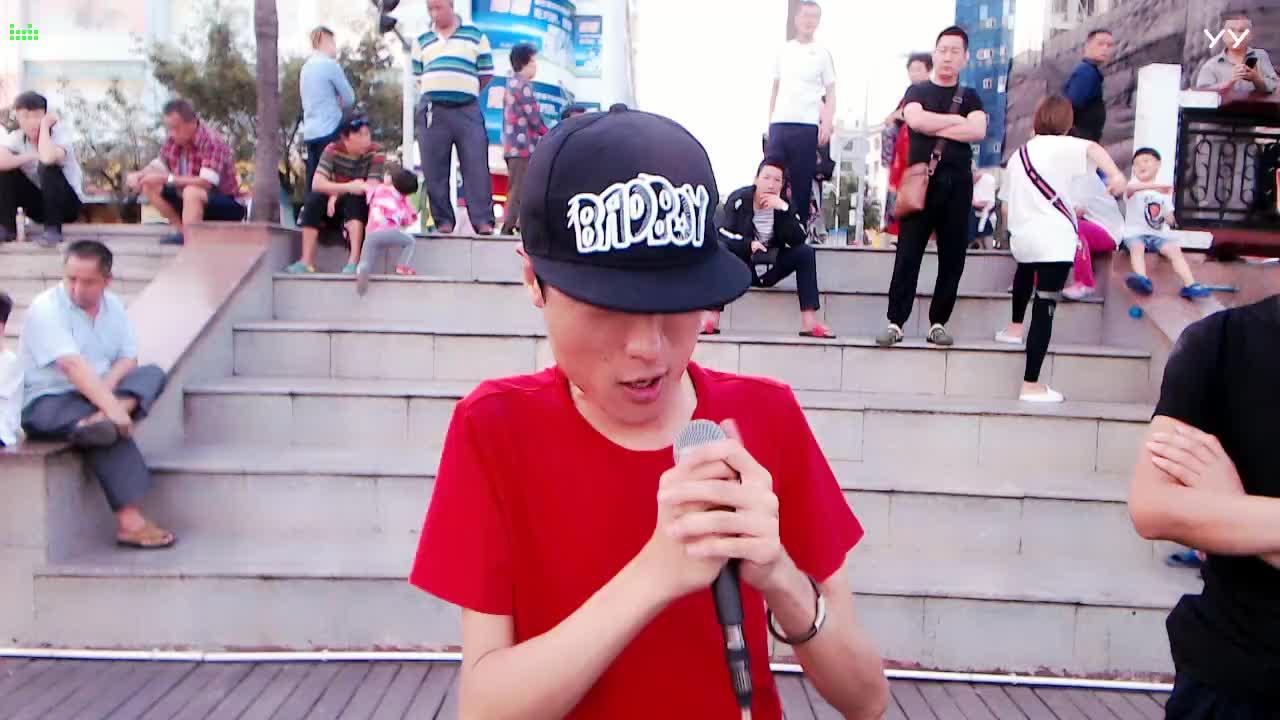 #音乐最前线#王亮户外演唱《紫色烟花》,好听爆了路人纷纷围观